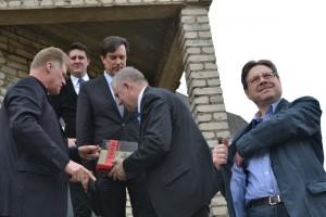 Seimo nariai Stasys Šedbaras ir Arvydas Anušauskas apsilankė  VSAT Pagėgių rinktinėje, Policijos komisariate,  Seimo narys Vytautas Juozapaitis susitiko su bendruomenėmis Vaikų globos namuose, Algimanto Mackaus gimnazijoje, o visi kartu vizitą užbaigė susitikimu su Šv. Kryžiaus parapijos klebonu Vytautu Gedvainiu (pirmas iš kairės), apžiūrėjo bažnyčią.             Loretos Jastramskienės nuotr.