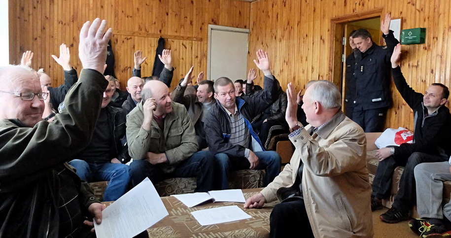 Atviru balsavimu naujai įsteigtos Šilutės ugniagesių gelbėtojų draugijos nariai išsirinko savo vadovus. Autoriaus nuotr.