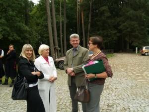 """Vilkyškių bendruomenės pirmininkė  Ligita Kazlauskienė (pirma iš kairės) ir UAB """"Agrūnė"""" atstovas Sigitas Stonys šventės metu irgi gavo po sertifikatą: vilkyškiečių ekologiški vaistinių žolelių mišiniai ir """"Agrūnės"""" Šiupinio šventėje verdamas originalusis šiupinys tapo Rambyno regioninio parko produkto ženklo naudotojais."""