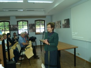 """Rambyno regioninio parko direkcijos vyr. specialistė Giedrė Skipitienė susirinkusiems pranešė, kad planuotoji paroda iš už Nemuno, iš Tilžės, Bitėnų nepasiekė, galbūt į gobelenus su lietuvybės puoselėtojų atvaizdais  ilgėliau turėtų žiūrėti kaimynai Kaliningrado srityje, o mes, lietuviai, ir be gobelenų žinome Kristijoną Donelaitį, Martyną Mažvydą ir kitus... Tačiau pristatyta paroda """"Šereiklaukio dvaras senose nuotraukose"""", kuri gauta iš Šereiklaukio bendruomenės muziejaus fondų. Parodą pristatę Sigitas Stonys priminė, kad Šereiklaukio dvaras buvo vienas iš didžiausių Rytprūsių dvarų, jau pamažu tvarkomas, atstatomas, o keliolika senovinių nuotraukų primena dvaro buvusią galybę ir grožį."""