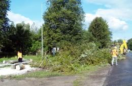 """Dešinėje kelio į Pagrynius pusėje """"Klaipėdos regiono kelių"""" Šilutės kelių tarnybos darbininkai nurėžė darbams trukdžiusius medžius."""