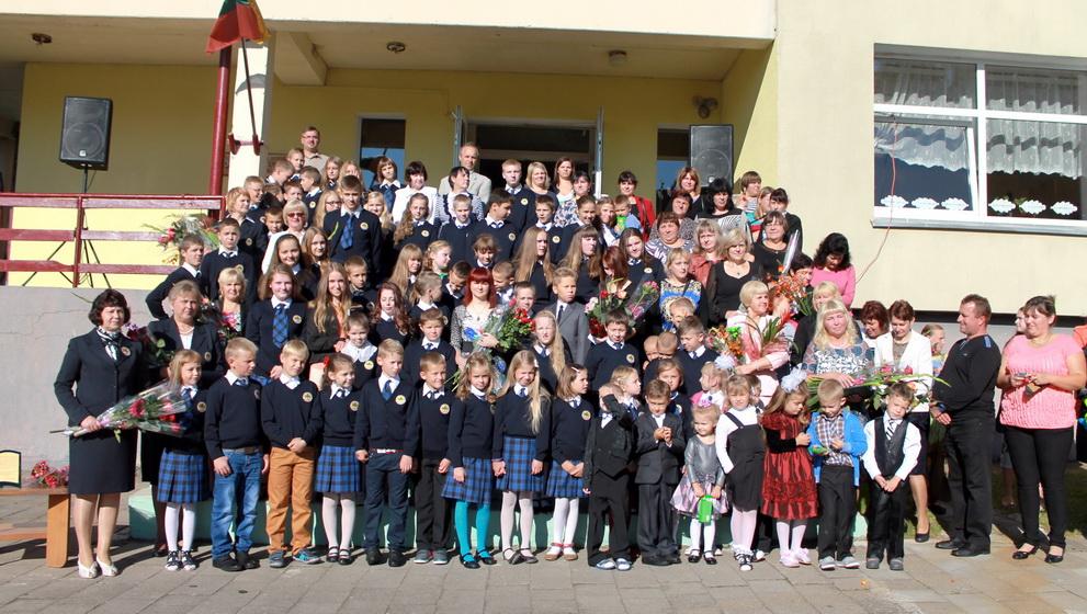 Rugsėjo 1-ąją Natkiškių Zosės Petraitienės pagrindinės mokyklos moksleiviai, mokytojai, svečiai.     Valdo Armono nuotr.