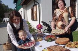 Mažasis Benas mamai padėjo padaryti skanumyną – želė su avietėmis.