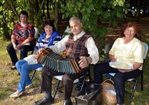Bandonijos meistras Kazimieras Budrys su Bikavėnų kaimo bendruomenės atstovais.
