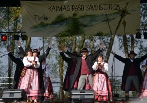 """Pagėgių liaudiškų šokių kolektyvas """"Marguva"""" (vadovė – Gražina Paliokienė) šventę pradėjo Lietuvoje vykusios dainų šventės šokiais, o netrukus į sceną kilo pasipuošę dvariškių rūbais."""