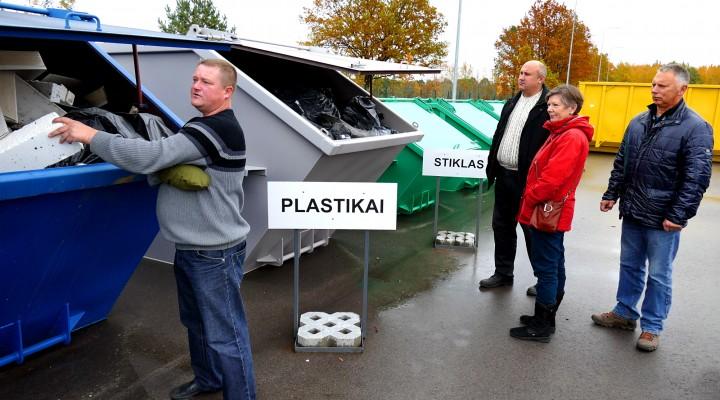 Iš kairės. Rumšų sąvartyno vadybininkas Giedrius Dragūnas Šilutės politikams parodė, kaip čia saugomos įvairios atliekos.