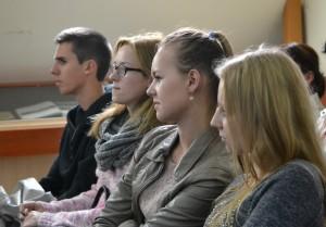 Ne visi mokytojų paraginti moksleiviai taip įdėmiai klausėsi literatūrologo ir kūrėjo.             Petro Skutulo nuotr.