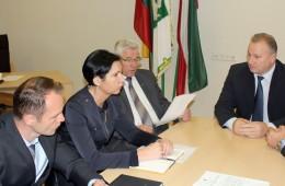 Tauragės pirminės sveikatos priežiūros centro direktorius Donatas Petrošius (kairėje) susitikimo dalyvius tikino, kad pakoregavus atlyginimus Greitosios medicinos pagalbos tarnybos darbo efektyvumas nenukentės.