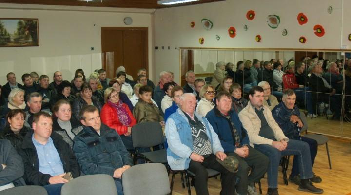Į Vilkyčių ir aplinkinių kaimų gyventojų susirinkimą, kuris vyko 18 val., sugužėjo per 70 įvairaus amžiaus žmonių.