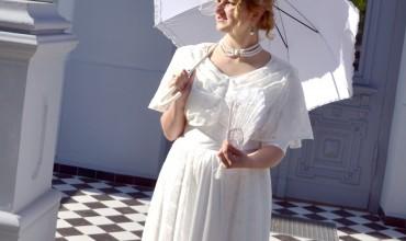 H. Šojaus dvaro festivalyje po menes vaikščios ano meto drabužiais vilkintys personažai.