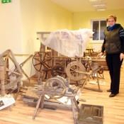 Muziejaus darbuotoja Nijolė Stanelienė eksponatus kol kas išdėliojo ant grindų.