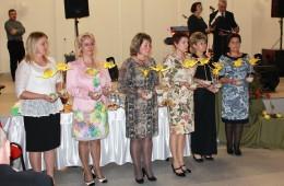 Stoniškių ūkininkams bei rėmėjams už pagalbą organizuojant įvairius renginius, bendruomenės moterys įteikė simbolines padėkos gerves.