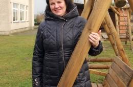 Kadagiškių seniūnaitė Birutė Žymančienė šiemet įrengtoje vaikų žaidimų aikštelėje.