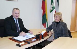 Pagėgių savivaldybės vadovai – meras Virginijus Komskis ir administracijos direktorė Dainora Butvydienė džiaugiasi geru savivaldybės įvertinimu.