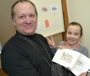 Ventiškis Vytautas Jusys su dukra džiaugėsi jam skirtais mažosios grafikos darbais.