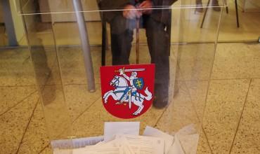 Balsadėžė per pirmąją išankstinio balsavimo dieną pasipildė bemaž 400 rinkėjų balsų.
