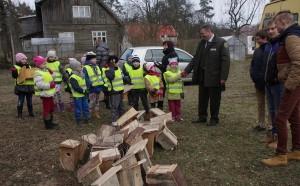 """Šilutės miškų urėdas Vaidas Bendaravičius sveikinasi su jaunaisiais gamtos draugais iš Šilutės vaikų lopšelio-darželio """"Pušelė""""."""