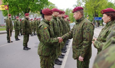 Teikiami kariniai laipsniai ir apdovanojimai.