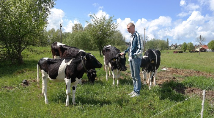 Ūkininkas Darius Kliunkas džiaugiasi galimybe dirbti ir gyventi gimtajame krašte.