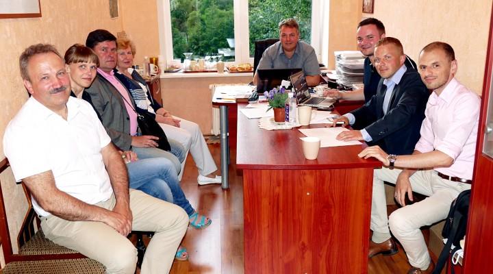 Dideliu skirtumu pirmaujantis Šilutės r. meras Vytautas Laurinaitis (kairėje) ir jo bendrapartiečiai, sužinoję rezultatus, neslėpė šypsenų.