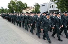 Paradinėmis uniformomis pasipuošusi pasieniečių eisena sudomino ne vieną miestelėną.