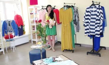 """Parduotuvės """"Saga"""" šeimininkė Dalia Jankauskienė klientus pasitinka su šypsena."""