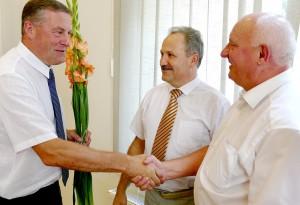 Administracijos direktoriaus pavaduotoju išrinktą Virgilijų Pozingį sveikina Šilutės r. Savivaldybės meras Vytautas Laurinaitis ir tiesioginis viršininkas – Administracijos direktorius Sigitas Šeputis.