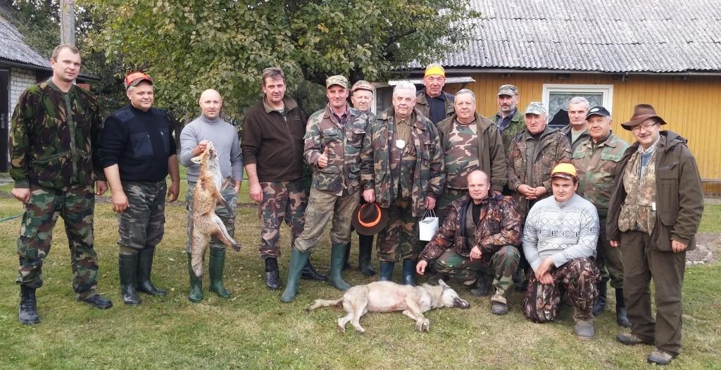 """""""Santakos"""" medžiotojų klubo nariai su pirmosios šio sezono medžioklės laimikiu."""