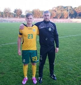 Italijoje rungtyniaujantis Lietuvos U-19 rinktinės narys, šilutiškis Linas Mėgelaitis su savo treneriu Svajūnu Česnuliu.