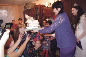 """Šeimynai dovanota akcijos """"Knygų Kalėdos"""" knygų."""