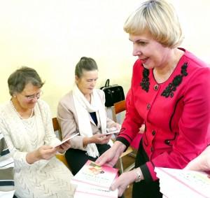 """Kiekvienam senjorui Visuomenės sveikatos biuro direktorė V. Vaivadaitė padovanojo po O. Astašenkos knygutę """"Stuburo išgydymas per 21 dieną""""."""
