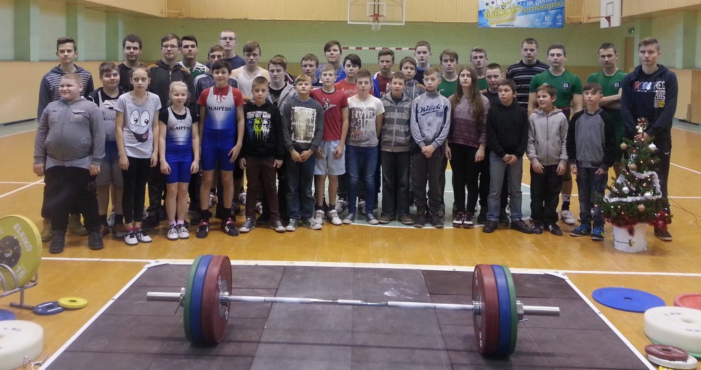 Šilutės rajono moksleivių sunkiosios atletikos asmeninių pirmenybių dalyviai.