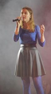 """Vainutiškė Gintarė Muraulaitė  pelnė trečiąją vietą ir Šilutės seniūno Raimondo Steponkaus  įsteigtą 100 eurų prizą bei europarlamentaro Zigmanto Balčyčio du kvietimus apsilankyti Briuselyje.  Trečiąją vietą laimėjo ir Gargždų vaikų ir jaunimo laisvalaikio centro dainavimo studijos grupė """"Nevalyk lentos"""", jiems įteiktas Šilutės halės vadovų įsteigtas 100 eurų prizas. Geriausia konkurso vokaliste nominuota klaipėdietė Ieva Abrosimova. 100 eurų prizą jai įteikė Šilutės Vydūno gimnazijos lietuvių kalbos mokytoja Sandra Tamašauskienė."""