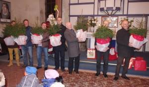 Verslininkams už gerus darbus padovanota kalėdinių eglučių.