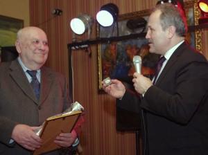 Petrą Čeliauską sveikino savivaldybės vadovai. Meras dovanojo Savivaldybę reprezentuojantį ženklą.