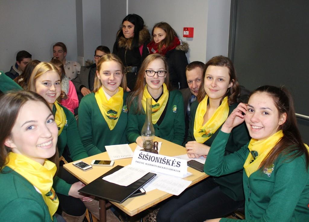 """""""Šišioniškių"""" komandos narės iš Pagėgių Algimanto Mackaus gimnazijos buvo labai geros nuotaikos ir pademonstravo, kad mokyklinė uniforma taip pat puošni ir išskirtinė."""