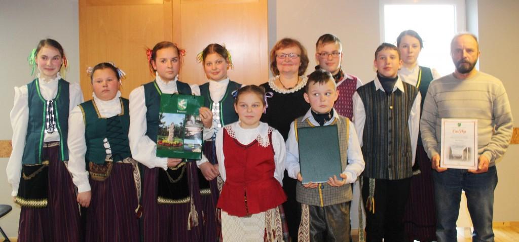 Stoniškių pagrindinės mokyklos komandos vaikai ir jaunimas į šventę atvyko pasipuošę Mažosios Lietuvos tautiniais kostiumais, su jais nuotraukoje ir mokytojai Vida Gečienė bei Rimas Vitkauskas.