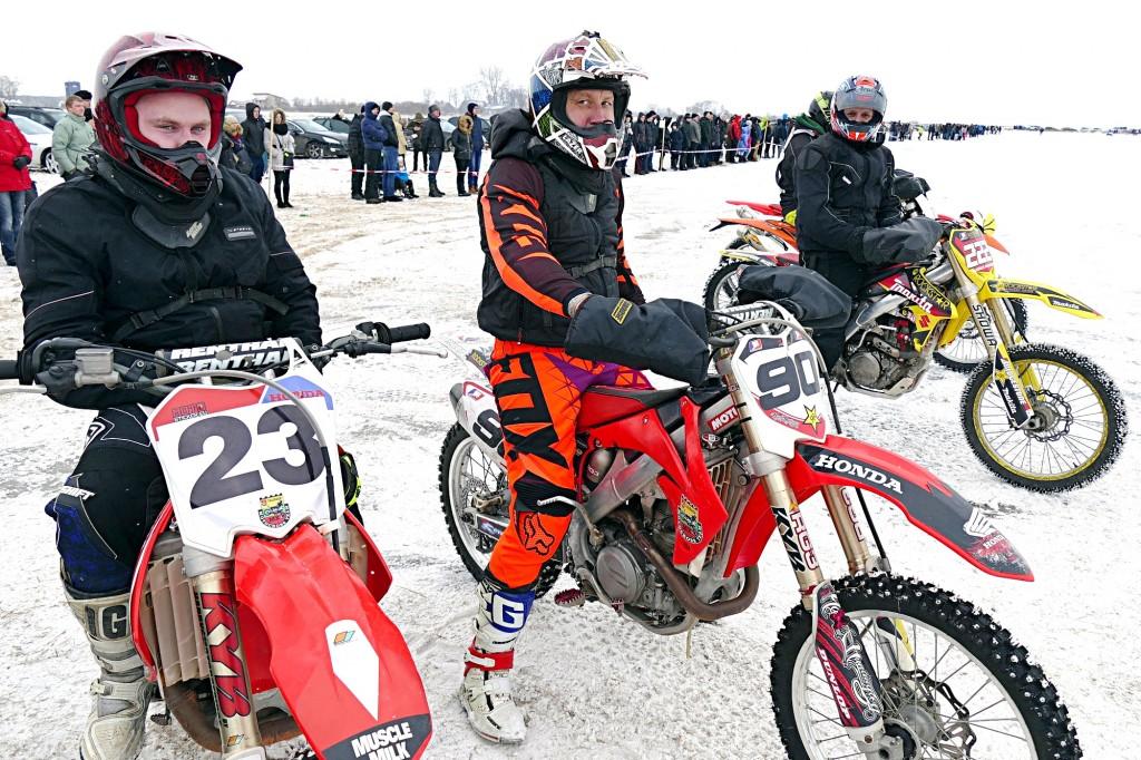 Iš kairės. Pirmąją vietą iškovojęs tauragiškis Gediminas Jomantas su savo kolega Mindaugu Lukoševičiumi ir antrą vietą užėmęs Audrius Bagdanskis iš Jurbarko.