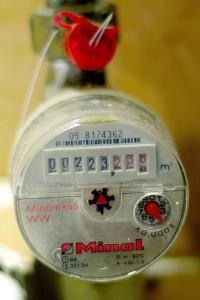 Dabar paplitusius tokius mechaninius karšto vandens apskaitos prietaisus per dvejus metus numatoma pakeisti modernesniais, nors juos aptarnauti kainuos brangiau.