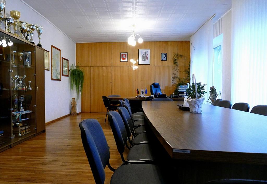 Šilutės seniūno kabinetas – 46,71 kv. m, jo priedas – privatiems susitikimams skirtas 13,29 kv. m kambarys – iš viso 60 kv. m.