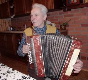 Šeimininkas Erikas mėgsta pravirkdyti armoniką.