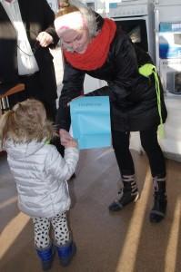 Pagėgiškė Žydrė Miliauskienė į finalinį turą atvyko su dukrele Eva, kuri ir ištraukė prizą – lygintuvą.