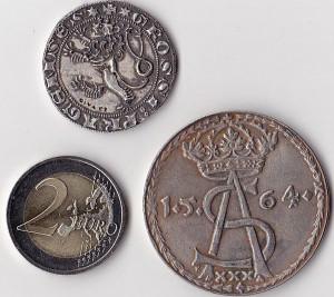 Šioje nuotraukoje Prahos grašio (nuotr. viršuje), kaldinto nuo1300 m. ir pirmojo Vilniuje 1564 m. nukalto talerio (dešinėje) kopijos. 2 eurai – monetų dydžiui palyginti.