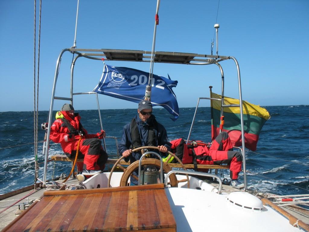 """Šiaurės jūra. Prie jachtos """"Lietuva"""" šturvalo, plaukiant iš Dublino į Klaipėdą."""