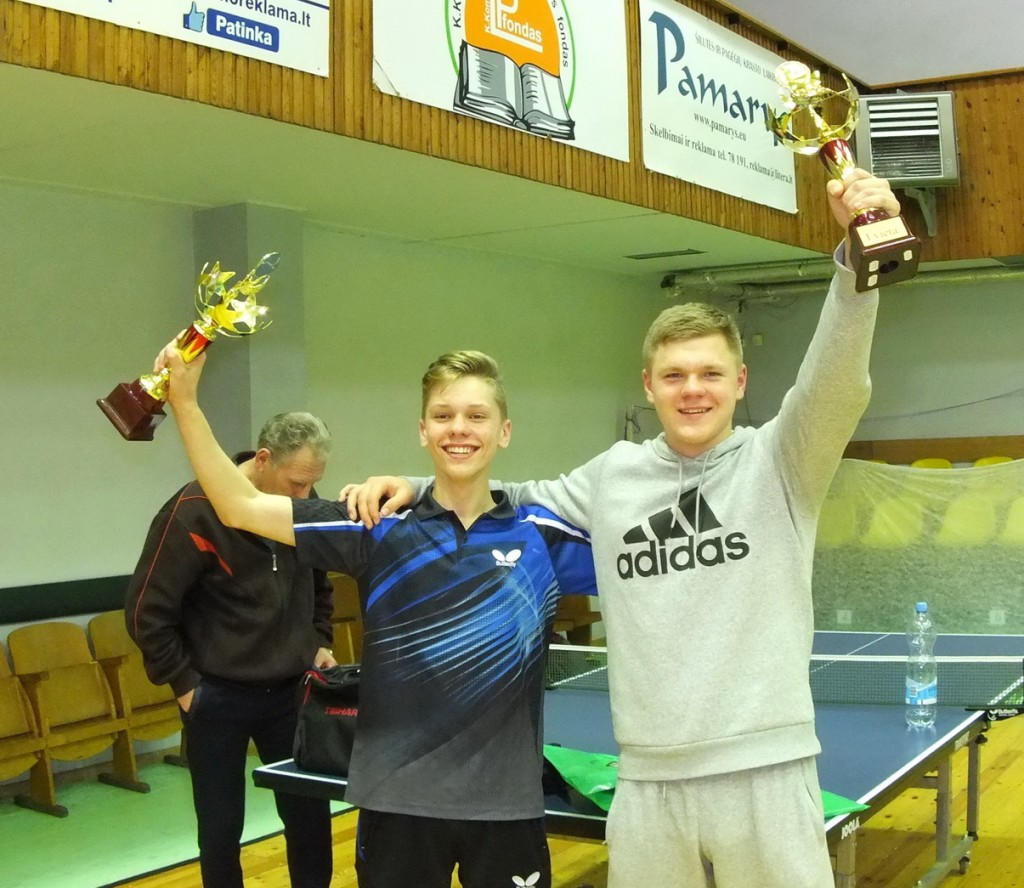 Pergale ir iškovotais sportiniais trofėjais džiaugėsi turnyro nugalėtojai pamariškiai Karolis Pundinas (kairėje) ir Domantas Kairys.  E. Lukošiaus nuotr.