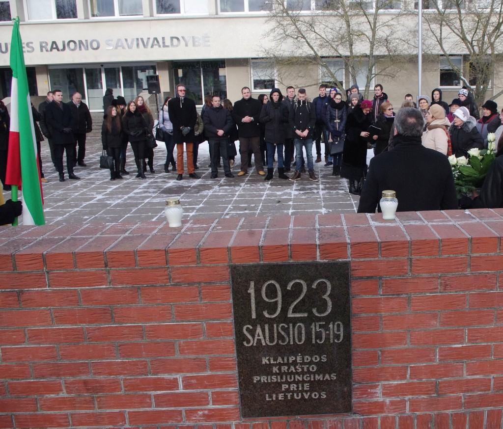 Penktadienį prie Šilutės rajono savivaldybės paminklinio ženklo, skirto 1923 m. Klaipėdos krašto prijungimo prie Lietuvos įvykiams atminti.