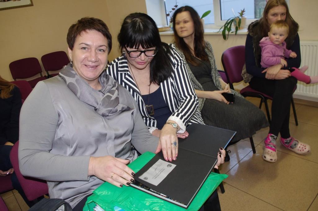 Savivaldybės Socialinės paramos skyriaus vedėjo pavaduotoja Audra Barauskienė (pirma iš kairės) pripažįsta, kad socialinių darbuotojų kaita yra didelė – vos 4 iš 15 dirba nuo 2007 metų, o per tą laiką pasikeitė net 22 moterys.