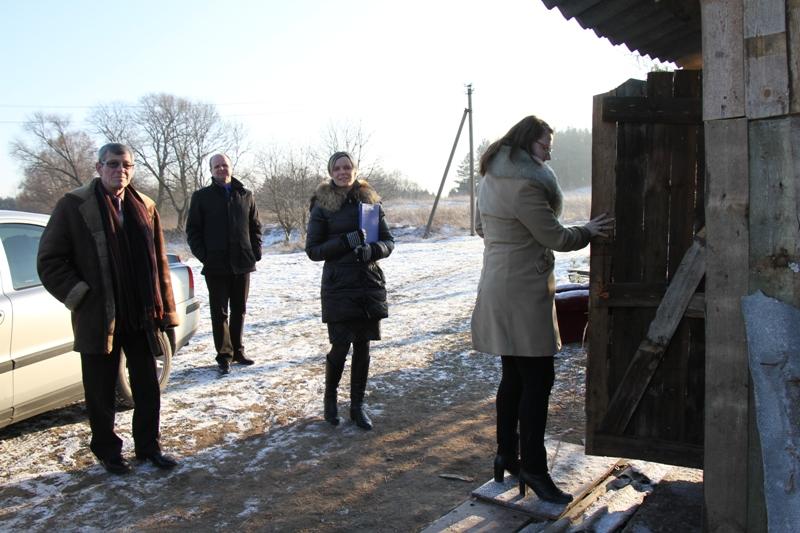 Pagėgių savivaldybės administracijos direktoriaus pavaduotojas Alvidas Einikis (pirmas iš kairės), kaip ir kiti Savivaldybės vadovai, skyrių specialistai, seniūnai, vyko į socialinės rizikos šeimas.