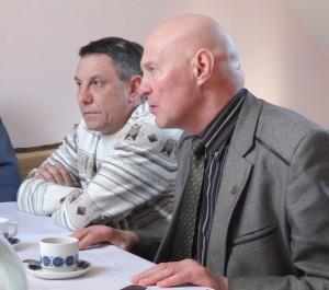Rajono Tarybos narys Alfredas Stasys Nausėda (dešinėje) ir veterinarijos gydytojas Algimantas Žilinskas diskusijoje neslėpė nusivylimo, kad kaime bedarbiai ir pašalpų gavėjai tyčiojasi iš dirbančių žmonių.