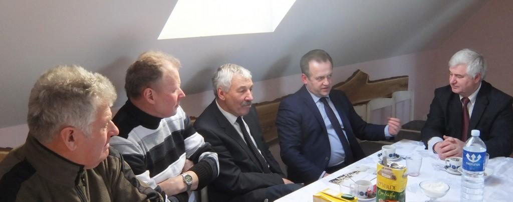 Katyčių seniūnas Jonas Lukošaitis (iš dešinės) Seimo nariui Artūrui Skardžiui ir bendruomenės nariams pasakojo, kad Katyčiuose galima imtis įvairios naudingos veiklos.